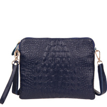 Дамска кожена чантичка с дълга дръжка