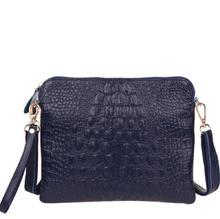 Дамска кожена чантичка с дълга дръжка в тъмно синьо