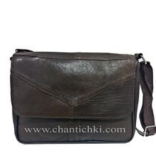 Дамска кожена чантичка с дълга дръжка в тъмно кафяво